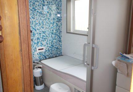 鋳物ホーロー浴槽と御影石貼りの床!