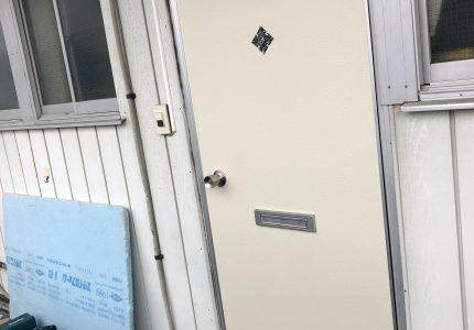 ドアの色で印象変わりますね💠